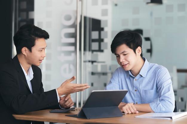 Riunione di lavoro di squadra degli uomini d'affari e discussione degli investimenti Foto Premium