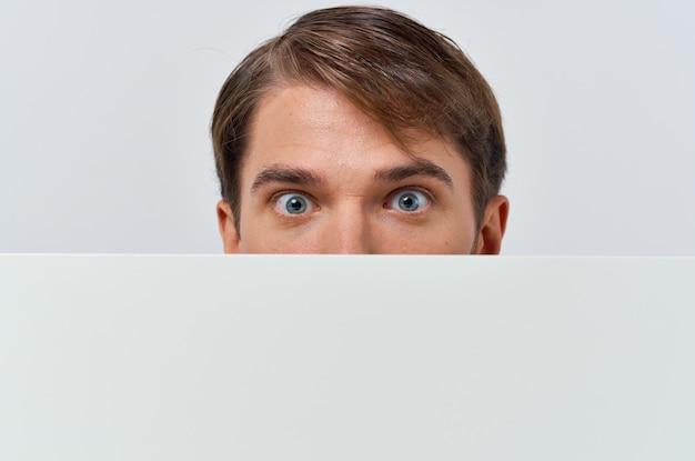 Libro bianco degli uomini d'affari nelle mani del marketing sfondo bianco