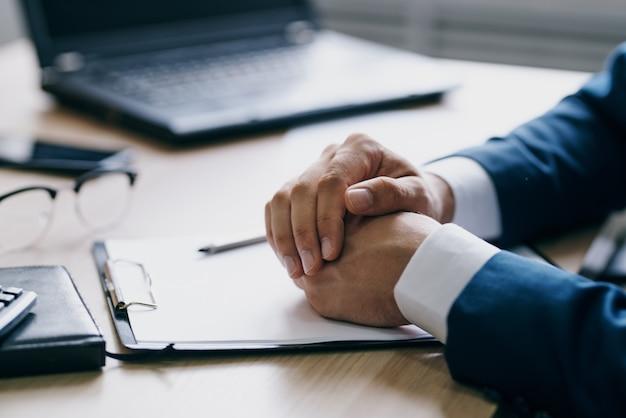 Uomini d'affari che lavorano per un laptop nelle tecnologie delle emozioni dell'ufficio