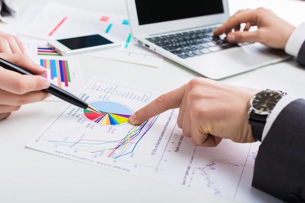 Uomini d'affari che lavorano con grafici, processi aziendali, analisi