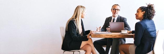 Persone d'affari che fanno brainstorming in una riunione
