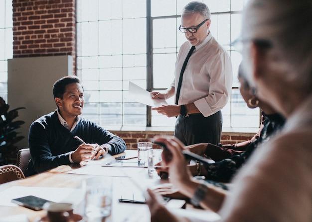 Persone d'affari che fanno brainstorming in una riunione Foto Premium