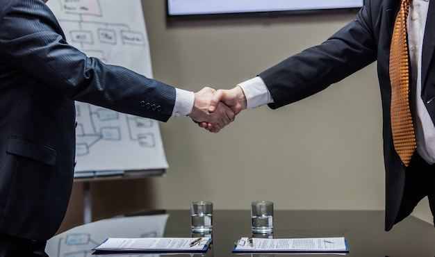 Uomini d'affari che concludono il contratto