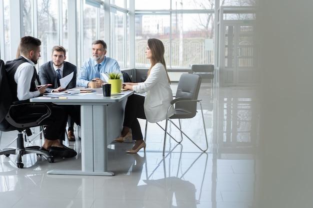 Persone di affari che discutono insieme nella sala conferenze durante la riunione in ufficio