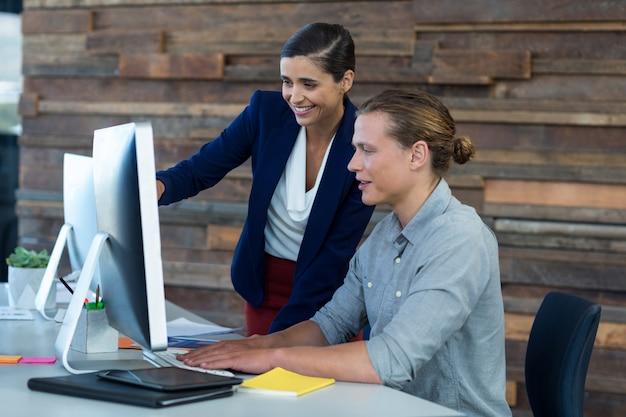 Persone di affari che hanno discussione sopra il personal computer