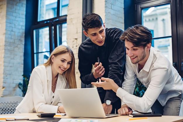 Persone di affari che guardano sul computer portatile in ufficio