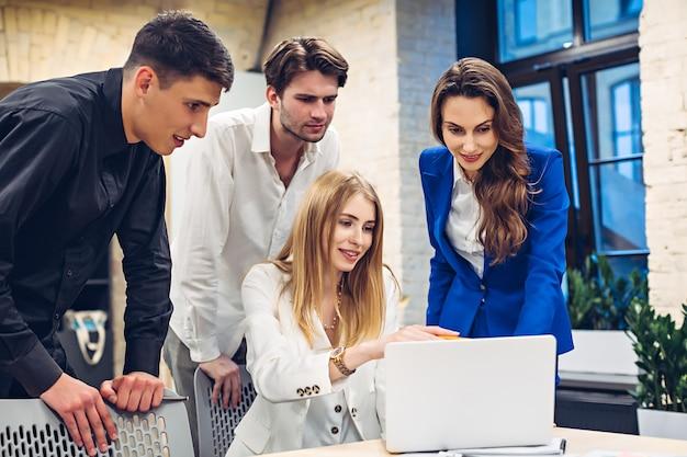 Persone di affari che cercano qualcosa sul computer portatile