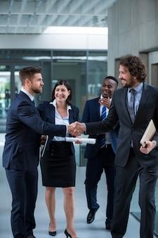 Persone di affari che stringono le mani a vicenda