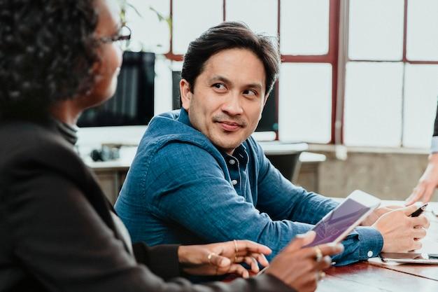 Uomini d'affari che parlano in una sala riunioni