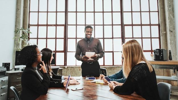 Uomini d'affari che lavorano in una sala riunioni