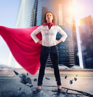 La donna d'affari si comporta come un super eroe. concetto di successo e determinazione