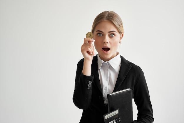 Imprenditrice bitcoin cryptocurrency in mani sfondo chiaro. foto di alta qualità
