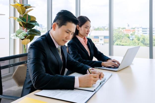 Imprenditrice e uomo d'affari in ufficio