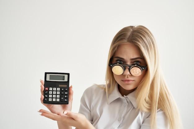 Calcolatrice della donna di affari a disposizione e fondo isolato bitcoin. foto di alta qualità