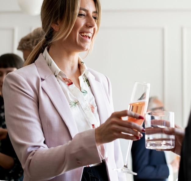 Donna d'affari che festeggia a una festa in ufficio