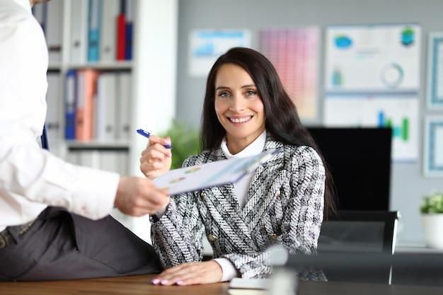 La donna di affari comunica con il collega nel suo ufficio