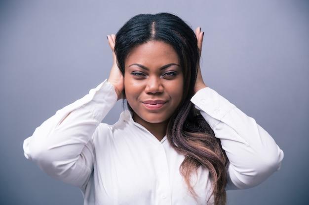 Imprenditrice che copre le sue orecchie