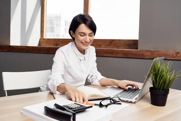Imprenditrice alla scrivania segretario esecutivo studio lifestyle. foto di alta qualità