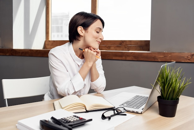 Donna d'affari allo stile di vita dello studio esecutivo della segretaria della scrivania
