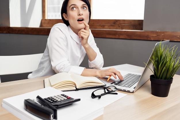 Imprenditrice alla scrivania con gli occhiali fiducia in se stessi sfondo isolato