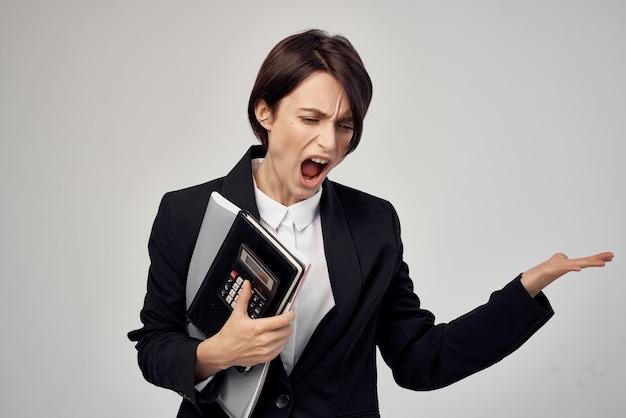 La donna d'affari documenta lo stile di vita professionale dello studio di lavoro