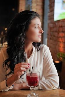 La donna di affari beve vin brulè nel ristorante.