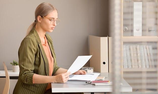 Imprenditrice godendo la giornata in ufficio