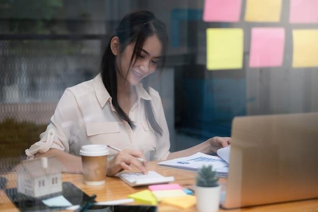 Una donna d'affari esamina un grafico finanziario per prendere accordi. concetto di investimento per un fondo di affari.