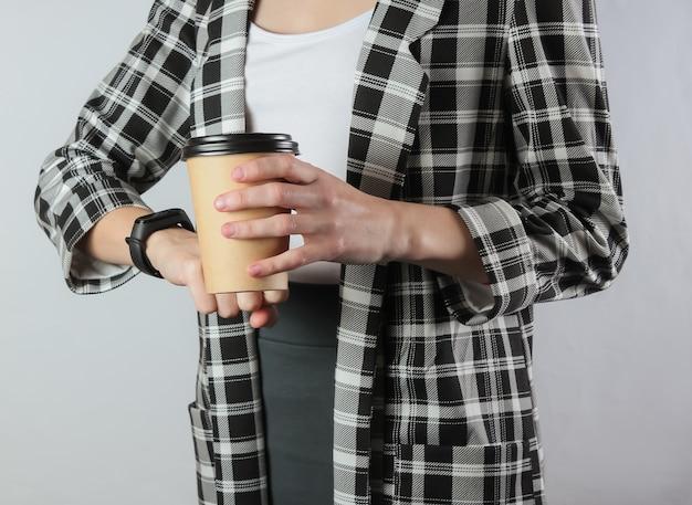 Imprenditrice in abiti formali con caffè