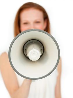 Donna di affari che dà istruzioni con un megafono