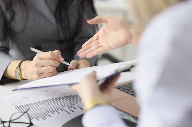 La donna d'affari passa il contratto con il partner per la conclusione della firma del concetto di contratti commerciali