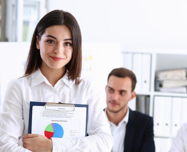 Imprenditrice tenendo appunti con infograth
