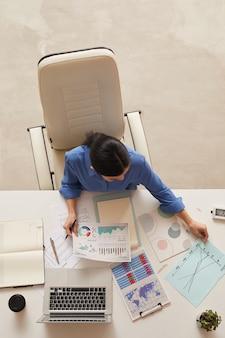 Imprenditrice azienda documento mentre è seduto a tavola, copia spazio