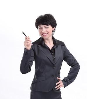 La donna d'affari tiene qualcosa di virtuale nel palmo