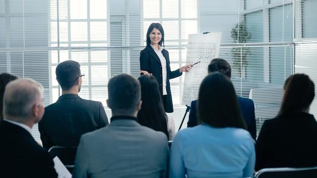 Imprenditrice facendo una presentazione per i dipendenti dell'azienda