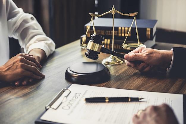 Donna di affari e avvocato maschio o consulente del giudice che ha riunione del gruppo con il cliente