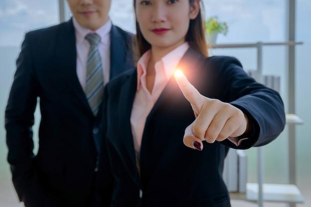 Imprenditrice e uomo che lavora in ufficio