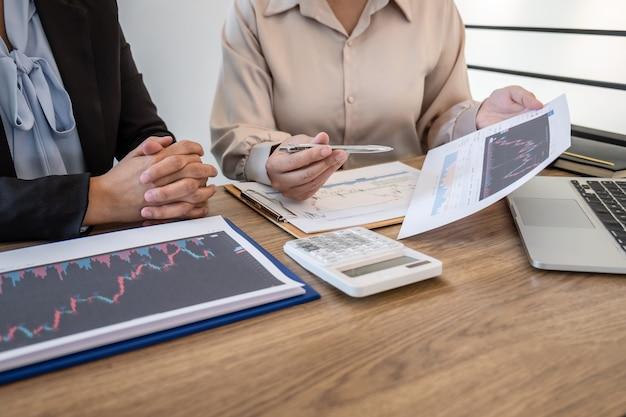 Donna d'affari in occasione di riunioni di conversazione e collaborazione che discutono della cooperazione con i partner per la pianificazione del progetto di marketing commerciale di investimento per l'investitore di trattare una borsa per il profitto aziendale.