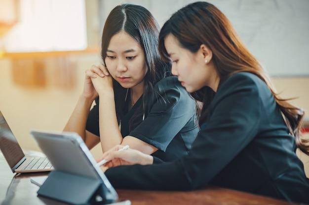 Riunione di donna d'affari in un moderno ufficio creativo per analizzare il rapporto finanziario dell'azienda