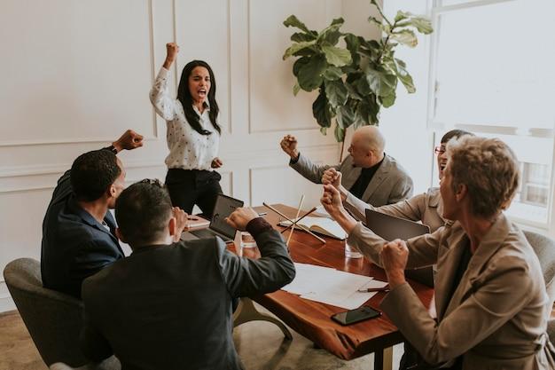 Donna d'affari che motiva i membri del suo team in una riunione