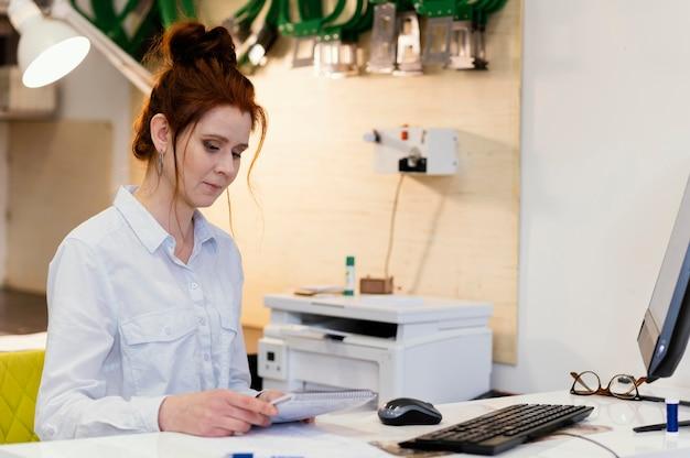 Proprietario della donna di affari che lavora
