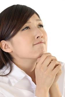 Imprenditrice pregare, closeup ritratto di signora ufficio orientale.