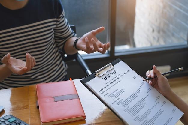 Riprese di lettura della donna di affari dell'uomo sul documento durante un'intervista.