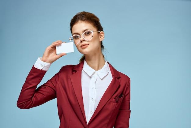 Donna di affari in giacca rossa e vetri isolati
