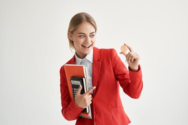 Fondo isolato dell'economia del denaro virtuale della giacca rossa della donna d'affari