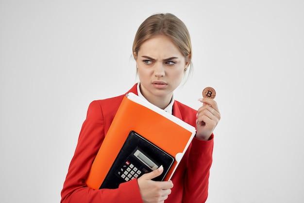 Tecnologie per l'economia del denaro virtuale con giacca rossa da donna d'affari