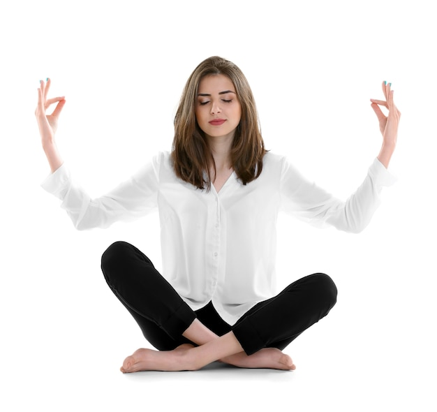 Imprenditrice rilassante nella posa di meditazione isolata su bianco