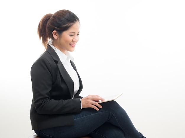 Imprenditrice seduta con tavoletta digitale