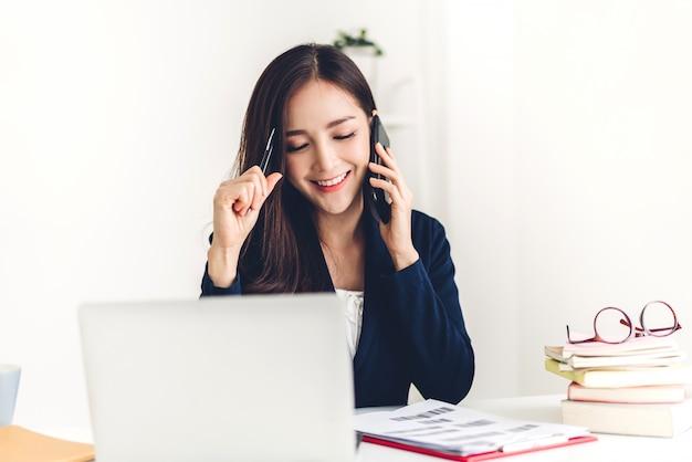 Donna di affari che si siede e che lavora con il computer portatile gente di affari creativa che progetta nella sua stazione di lavoro al sottotetto moderno del lavoro