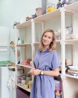 Imprenditrice sorridente sul posto di lavoro, imprenditrici ha una piccola impresa, lavora come freelance